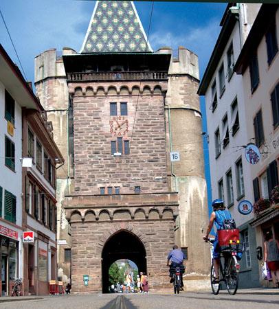 Basel kann sich rühmen, über eine der schönsten Altstädte Europas zu verfügen. Das bekannte Spalentor ist eines der drei Stadttore, die heute noch existieren. (Foto: djd)