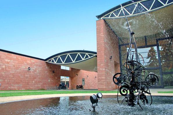 Das vom Tessiner Architekten Mario Botta erbaute Tinguely Museum zeigt das Leben und die Werke des gleichnamigen Künstlers. (Foto: djd)