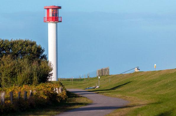 Die blaue Ostsee, grüne Deiche und der rot-weiße Leuchtturm in Heidkate sind die maritimen Begleiter auf einer Radtour durch die Probstei. (Foto: djd)