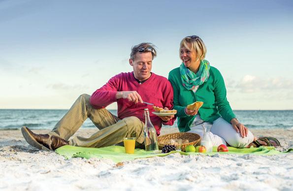 Am 6. Juli wird an Schleswig-Holsteins Ostseeküste am Strand gefrühstückt. (Foto: djd)
