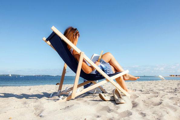Erholung am Strand und gleich die passende Lektüre zum ostsee*Strandfrühstück. (Foto: djd)
