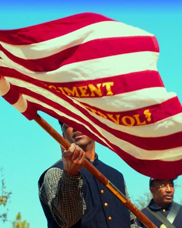 Wehende Fahnen gehören zu den nachgestellten Tagen des amerikanischen Bürgerkrieges.