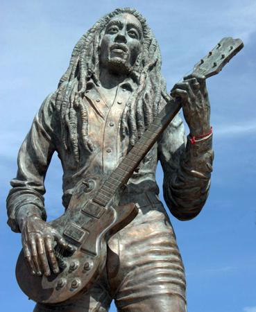 DEnkmal von Reggae-Legend Bob Marley in Jamaikas Hauptstadt Kingston.