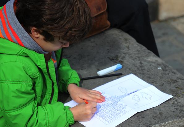 Mit bunten Stiften und einem Blatt lässt sich auch eine eigene Paris-Erinnerung erstellen. (Foto: Karsten-Thilo Raab)