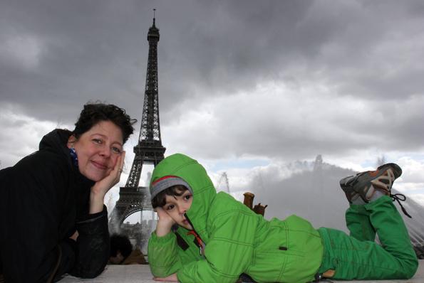 Alles eine Sache der Perspektive: Selbst im Liegen wirkt der Eiffelturm mitunter klein. (Foto: Karsten-Thilo Raab)