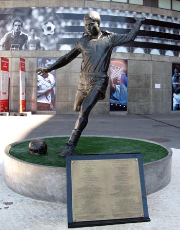 Vor der Arena der Águias, der Adler, wie Benfica in Fan-Kreisen genannt wird, erinnert eine Statue an Eusébio, den wohl bedeutendsten portugiesischen Spieler aller Zeiten.