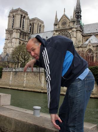 Kleine Bespaßung mit Handtasche: Ein bißchen Glöckner spielen vor Notre Dame. (Foto: Ulrike Katrin Peters)