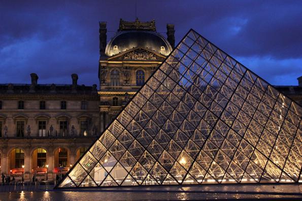 Fasziniert nicht nur große Paris-Besucher: Der abendliche Louvre . (Foto Karsten-Thilo Raab)