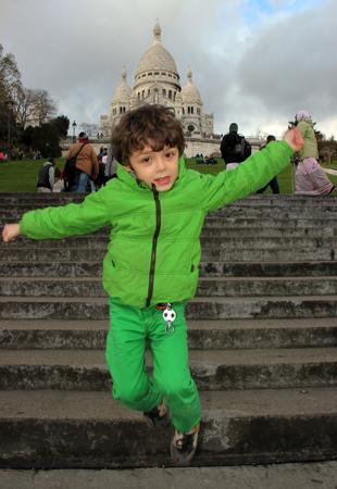 Freudensprünge am Fuße von Sacre Coeur. (Foto: Karsten-Thilo Raab)