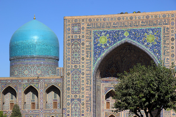 Prachtkulisse am Registan-Platz von Samarkand mit der Tilja-Kari-Medresse. (Foto: Karsten-Thilo Raab)