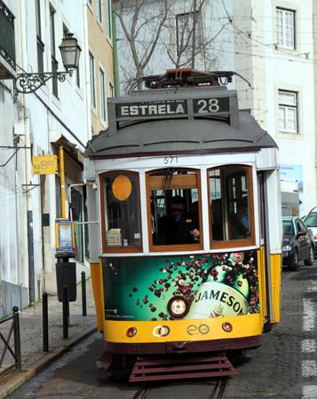Mit der historischen Straßenbahn der Linie 28 lässt sich eine kurzweilige Stadtrundfahrt unternehmen. (Foto: Karsten-Thilo Raab)