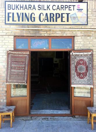 Fliegende Teppiche scheint dieser Händler in Bukhara im Angebot zu haben. (Foto: Karsten-Thilo Raab)