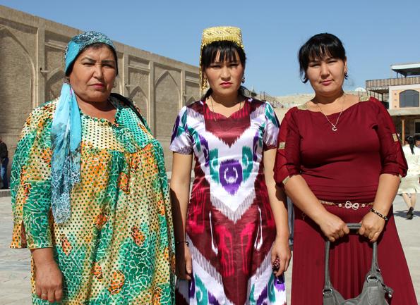 Stolz tragen die Usbekinnen ihre zumeist farbenfrohen Kleider und Trachten. (Foto: Karsten-Thilo Raab)