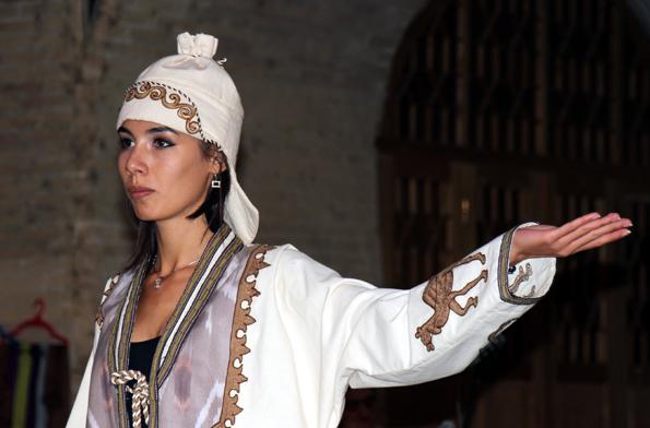 In traditionellen Kostümen führen Tänzerinnen an vielen Orten entlang der Seidenstraße eine Kostprobe ihres Könnens. (Foto: Karsten-Thilo Raab)