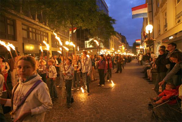 Stimmungsvoll beleuchtet sind die Gassen Luxemburgs anlässlich des Nationalfeiertags am 22. Juni.