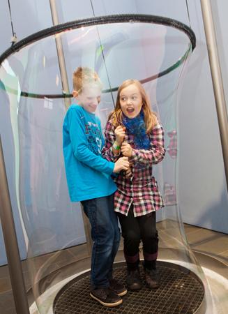 Besucher können sich am Flughafen Frankfurt in eine riesige Seifenblase stellen. (Foto: Rolf K. Wegst)