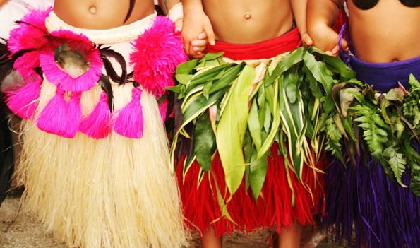 Baströckchen und polnesische Tänze sind Teil der Tradition auf Tahiti. (Foto: Tahiti Toursime)