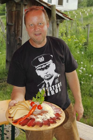 Schauspieler Martin Weinek betreibt mit seiner ASgetrauten einen Buschenschank und serviert selber die Köstlichkeiten des Hauses. (Foto: Udo Haafke)