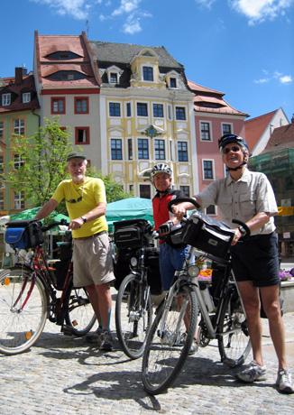 In Bautzen treffen sich gleich zwei Fernradwege. Der Hauptmarkt wird auf diese Weise zum idealen Ausgangspunkt für kurze und lange Touren in alle vier Himmelsrichtungen. (Foto:Jens-Michael Bierke)