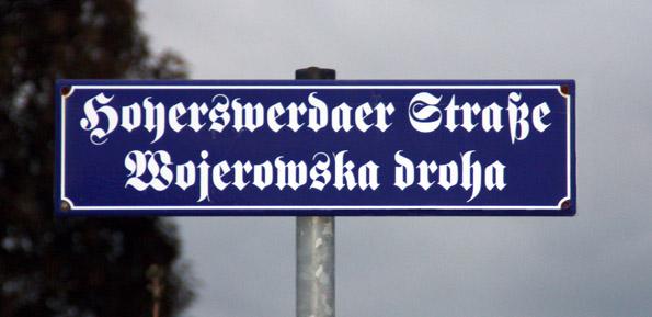 Harmonisches Miteinander zwischen Sorben und Deutschen: zweisprachiges Straßenschild in der Lausitz. (Foto: W. Kotissek)