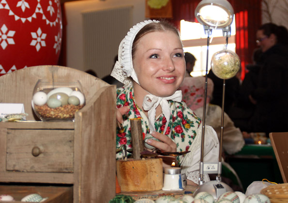 Ostereier werden nach sorbischer Tradition mit alten Techniken verziert, die Frau im Bild trägt eine Bautzener Tracht. (Foto: W. Kotissek)