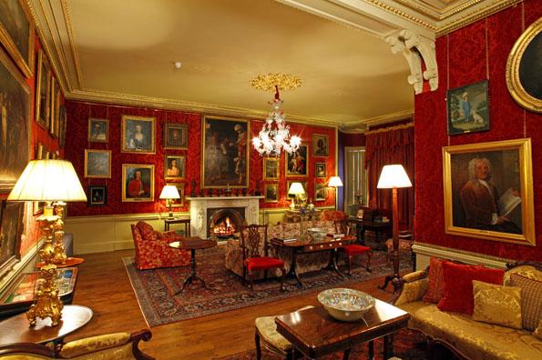Aldourie Castle in Schottland besticht  wie hier im so genannten Red Drawing Room durch ein stimmungsvolles Ambiente.