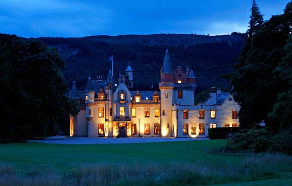 Auch bei Dunkelheit eine Pracht: Aldourie Castle in Schottland.