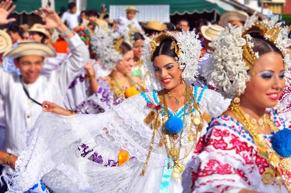 Die Halbinsel ist bekannt für Ihre Feierlaune. Auf Azuero finden jährlich über 500 Festivals statt, bei denen in Polleras gekleidete Frauen durch die Straßen ziehen.