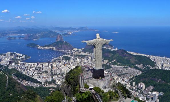Blick auf Rio de Janeiro mit der Christusfigur auf dem Corcovado im Vordergrund.