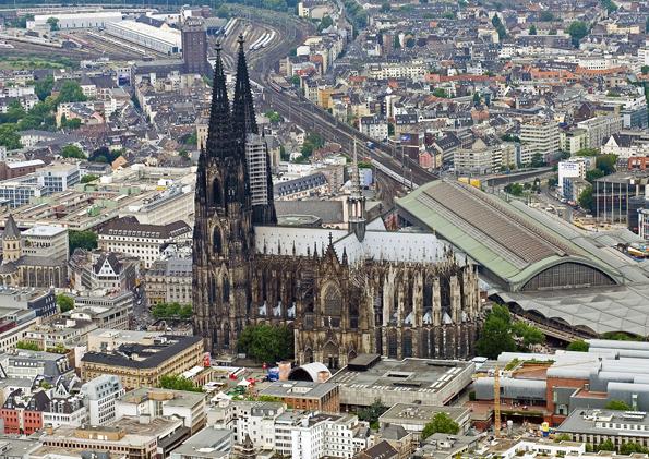Aus der Vogelperspektive sieht man den Donm in direkter Nachbarschaft zum Kölner Hauptbahnhof. (Foto: Köln Tourismus)