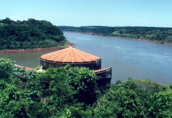 Blick auf das Dreiländereck Brasilien - Argentinien - Paraguay unweit des Foz de Iguacú. (Foto: Karsten-Thilo Raab)