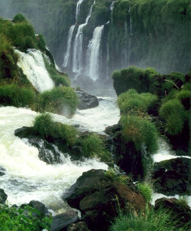 Mit dem Boot können Interessierte bis unter die Wasserfälle am Foz do Iguacú fahren. (Fotos: Karsten-Thilo Raab)