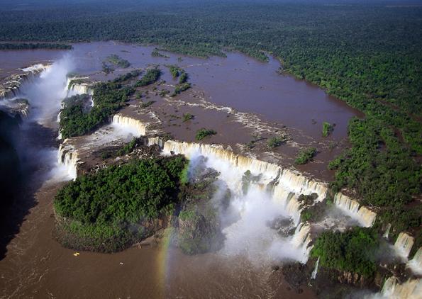 Nicht nur aus der Vogelperspektive überaus faszinierend: Die weltgrößten Wasserfälle am Foz do Iguacú.