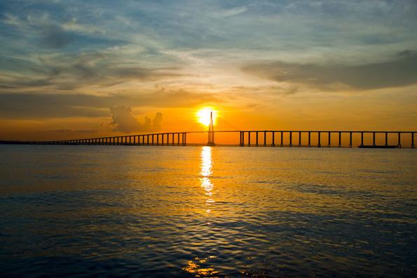 Die Ponte Rio Negro überspannt bei Manaus die gleichnamige Brücke.