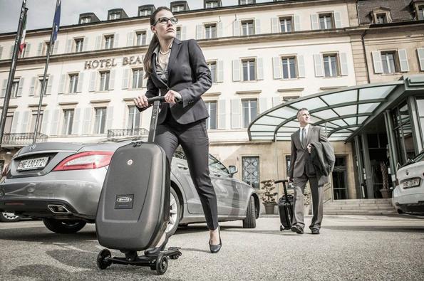 Der Micro Luggage Reloaded garantiert Reisenden als perfekte Mischung aus Koffer und Kickboard größtmögliche Mobilität.