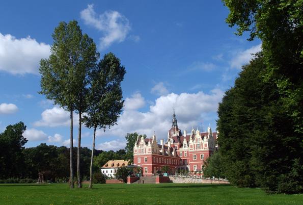 Blick vom Muskauer Park auf das Neue Schloss. (Foto Astrid Roscher)