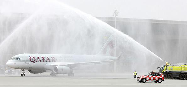 Mit dem traditionellen Wassergruß wurde die erste Maschine auf dem neuen Hamad Internationale Airport in Doha empfangen.