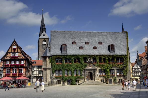Mit seinen 1300 Fachwerkhäusern - darunter das historische Rathaus am Markt - aus acht Jahrhunderten gehört Quedlinburg zum UNESCO-Weltkulturerbe. (Foto: Jürgen Meusel)