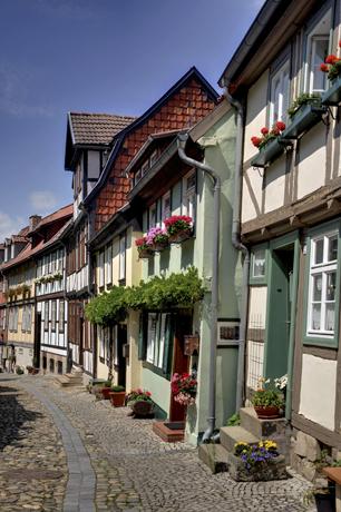 Die verwinkelten Gassen, die malerischen Plätze und der imposante Sandsteinfelsen des Burgberges inmitten der Stadt geben Quedlinburg einen einzigartigen Charakter.  (Foto: Jürgen Meusel)