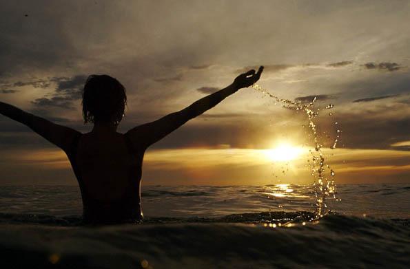 Perfekter Badegenuss im Sonnenuntergang am Prevelly Beach in Westaustralien.