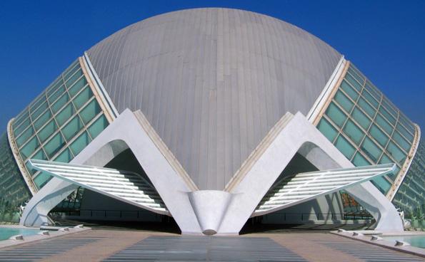 Trotz der 2000 Jahre alten Geschichte verfügt das spanische Valencia auch über ein überaus modernes Gesicht - wie hier das Hemisfèric – mit dem größten Kinosaal und Planetarium Spaniens.