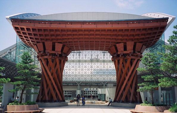 Ungewöhnlicher Blickfang: Der Bahnhof von Kanazawa.