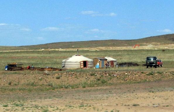 Typische Lebensform in der Mongolei: Eine Jurte in der Wüste Gobi.