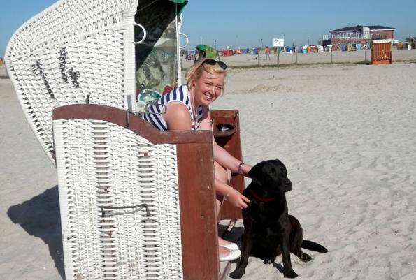 Sonne, Strand und Meer, das bedeutet Erholung für die ganze Familie: Einfach mal entspannt zurücklehnen und die Meeresluft genießen. (Foto: djd)