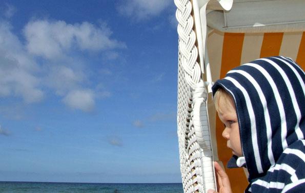 Lust auf Meer - der über fünf Kilometer lange Strand von Binz lockt große und kleine Sonnenanbeter an die Ostsee. (Foto: djd)