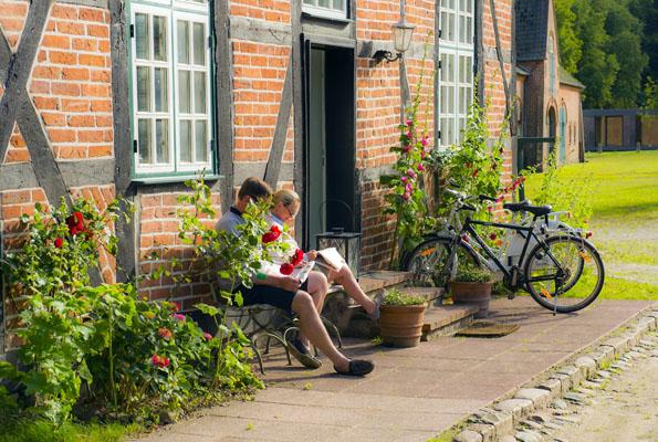 Ausgedehnte Rad- und Wanderwege führen zu den Schlössern, Herrenhäusern und Gutshöfen der Halbinsel. (Foto: Oliver Franke)