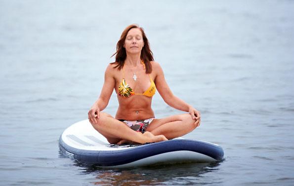 Relax-Trend: Yoga auf dem SUP-Board ist selbst für Anfänger geeignet. Die Bretter liegen erstaunlich stabil auf dem Wasser. (Foto: djd)
