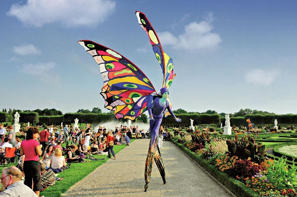 Im familienfreundlichen Rahmenprogramm des Internationalen Feuerwerkswettbewerbs Hannover mischen sich Künstler und Gäste im Park. (Foto: Mahramzadeh)