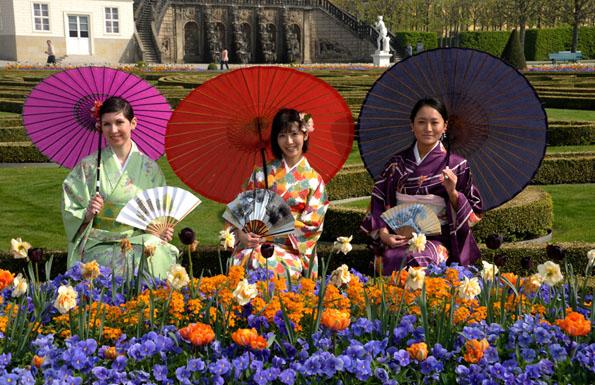 """Am """"japanischen Tag"""" des Internationalen Feuerwerkswettbewerbs Hannover zeigen Geishas eine Kimono-Modenschau. (Foto: djd)"""