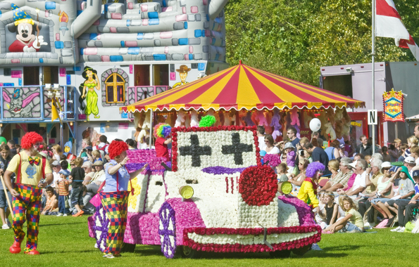 Blumenpracht in Perfektion wird bei der Battle of Flowers Parade präsentiert. (Foto Visit Guernsey)